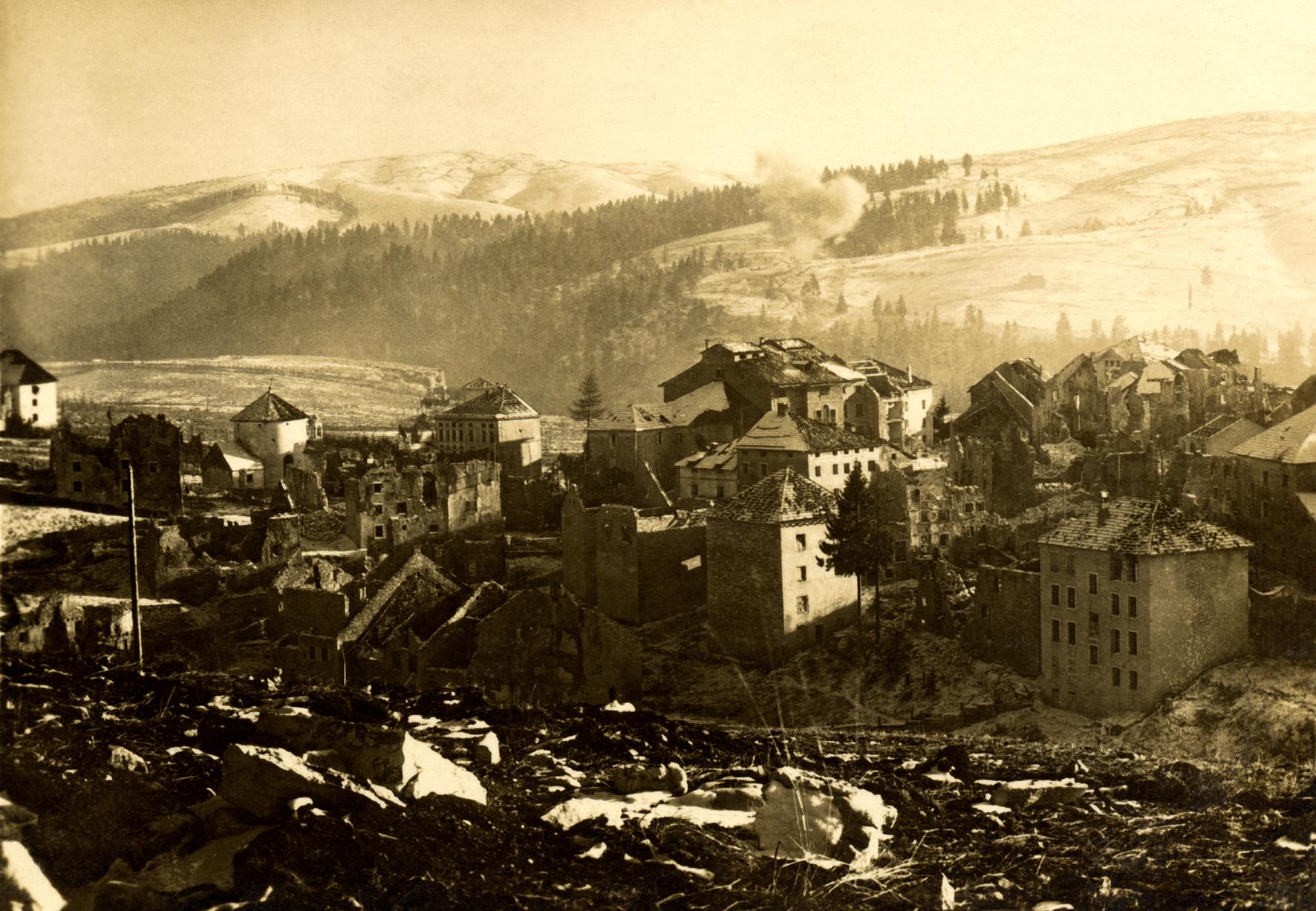 01 - Gallio sotto i bombardamenti  - ASDM.JPG