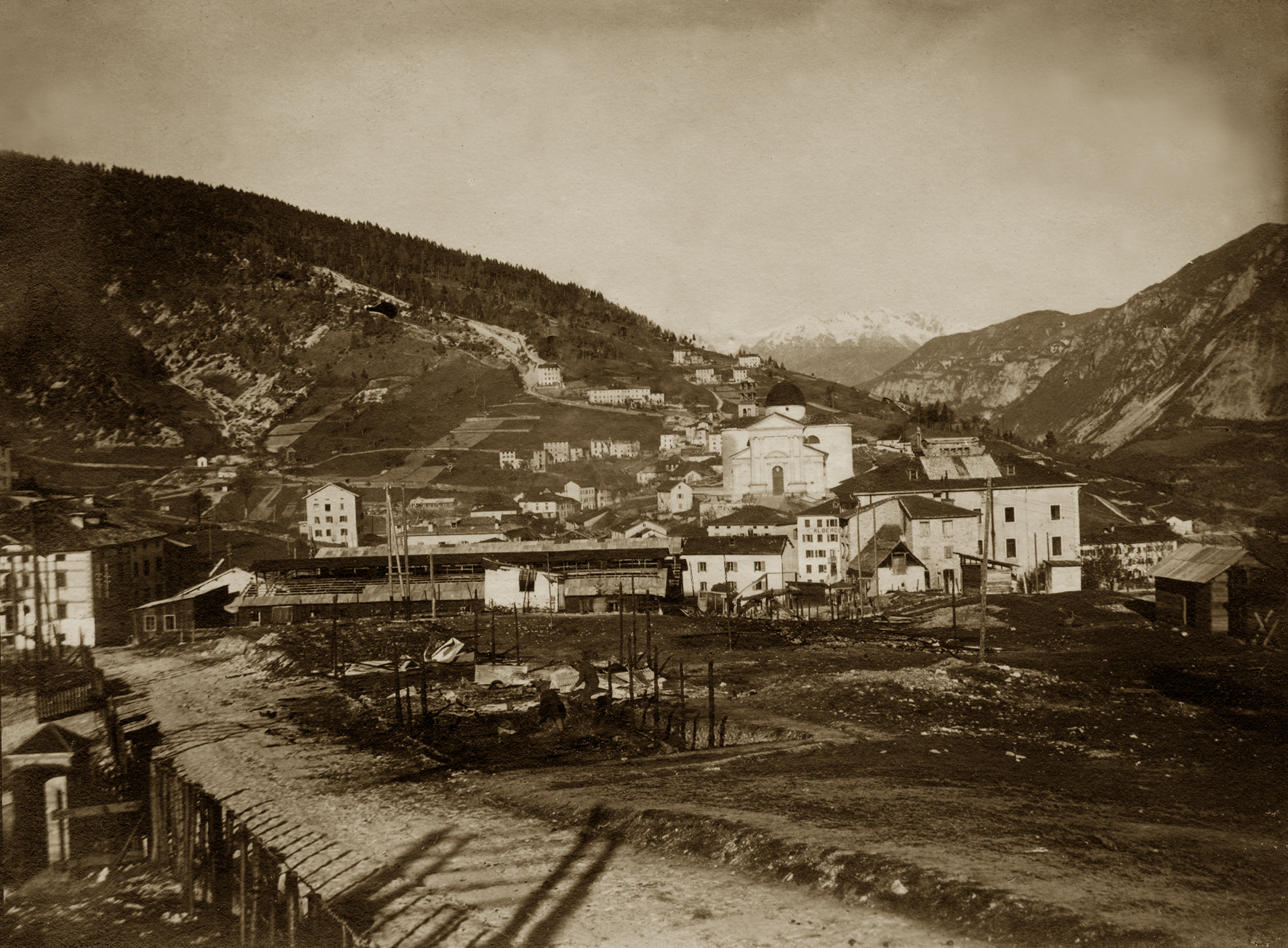 01 - l'abitato di Enego nei primi mesi del 1916 - ASDM.JPG