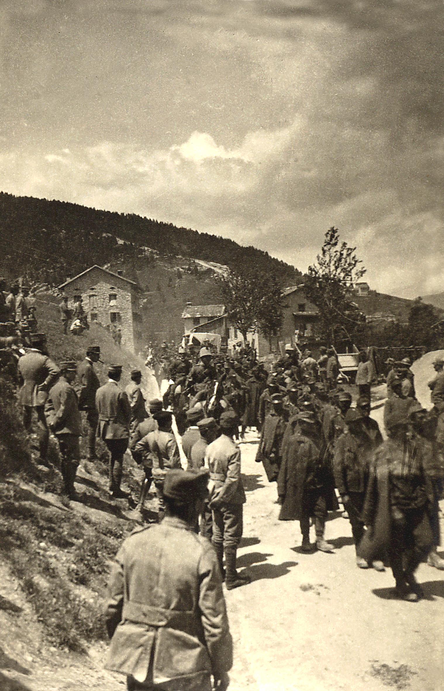 06 - prigionieri austriaci dell'ortigara sfilano per le vie di enego- ASDM.JPG