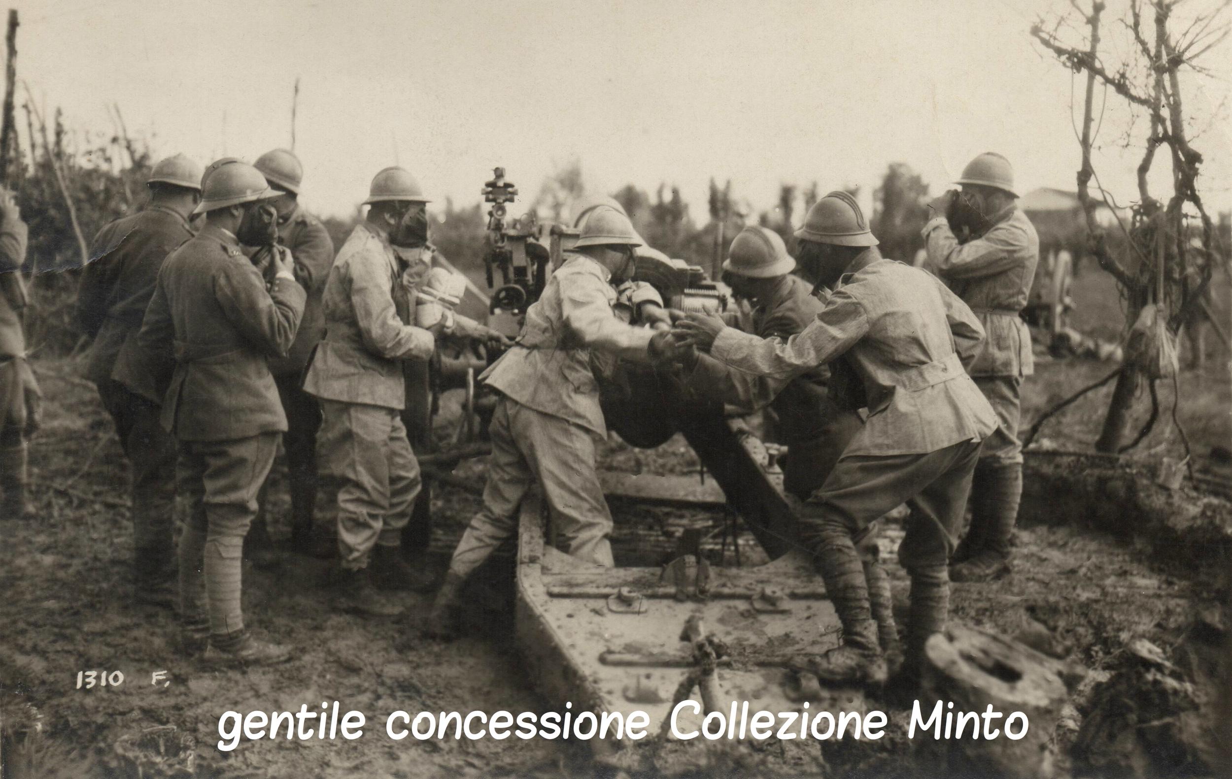 Batteria di artiglieria italiana in azione sul Piave durante un attacco a gas