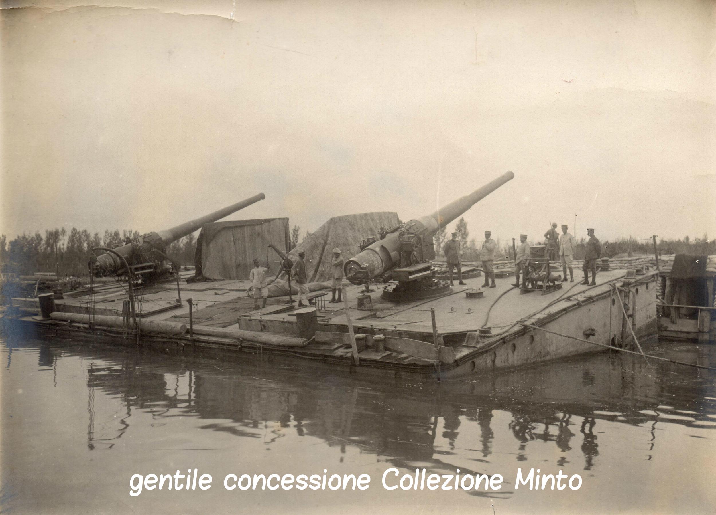 Pontoneitaliano attrezzato con batterie di pezzi navali schierato sul fronte del Piave