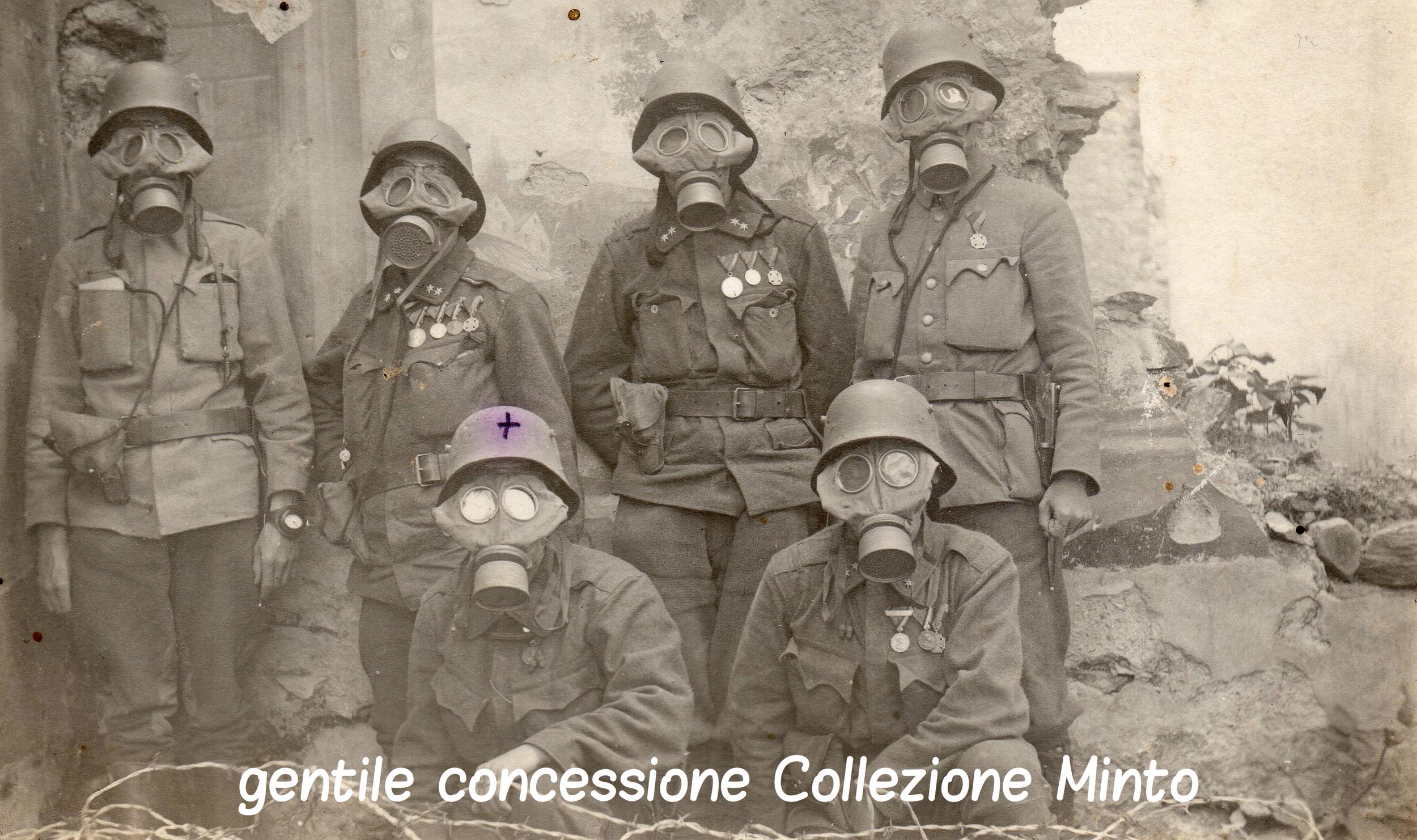 Soldati austroungarici sul fronte del Piave posano con le maschere antigas
