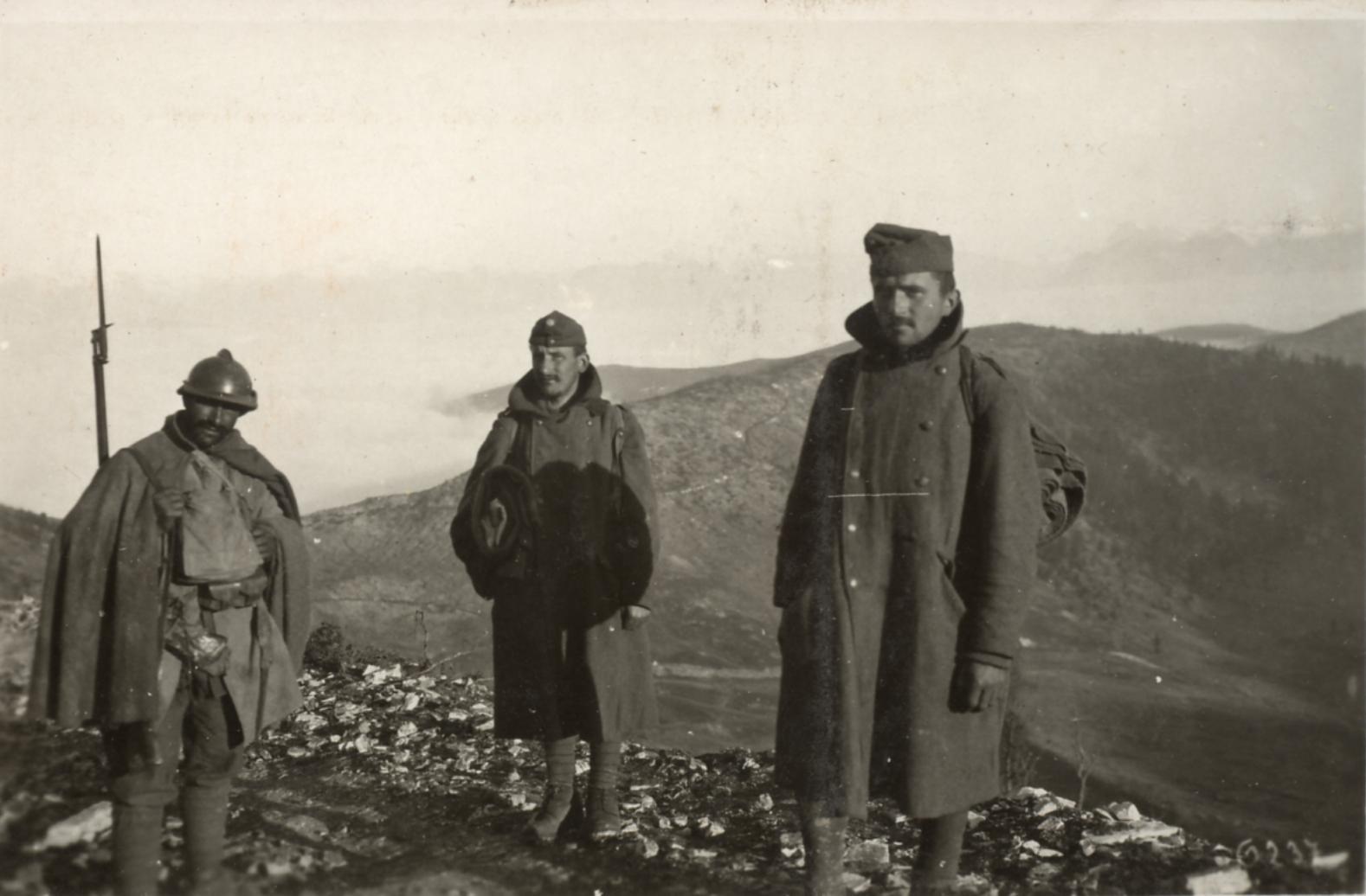 Prigionieri austroungarici catturati nella zona del Grappa e sorvegliati da una sentinella italiana
