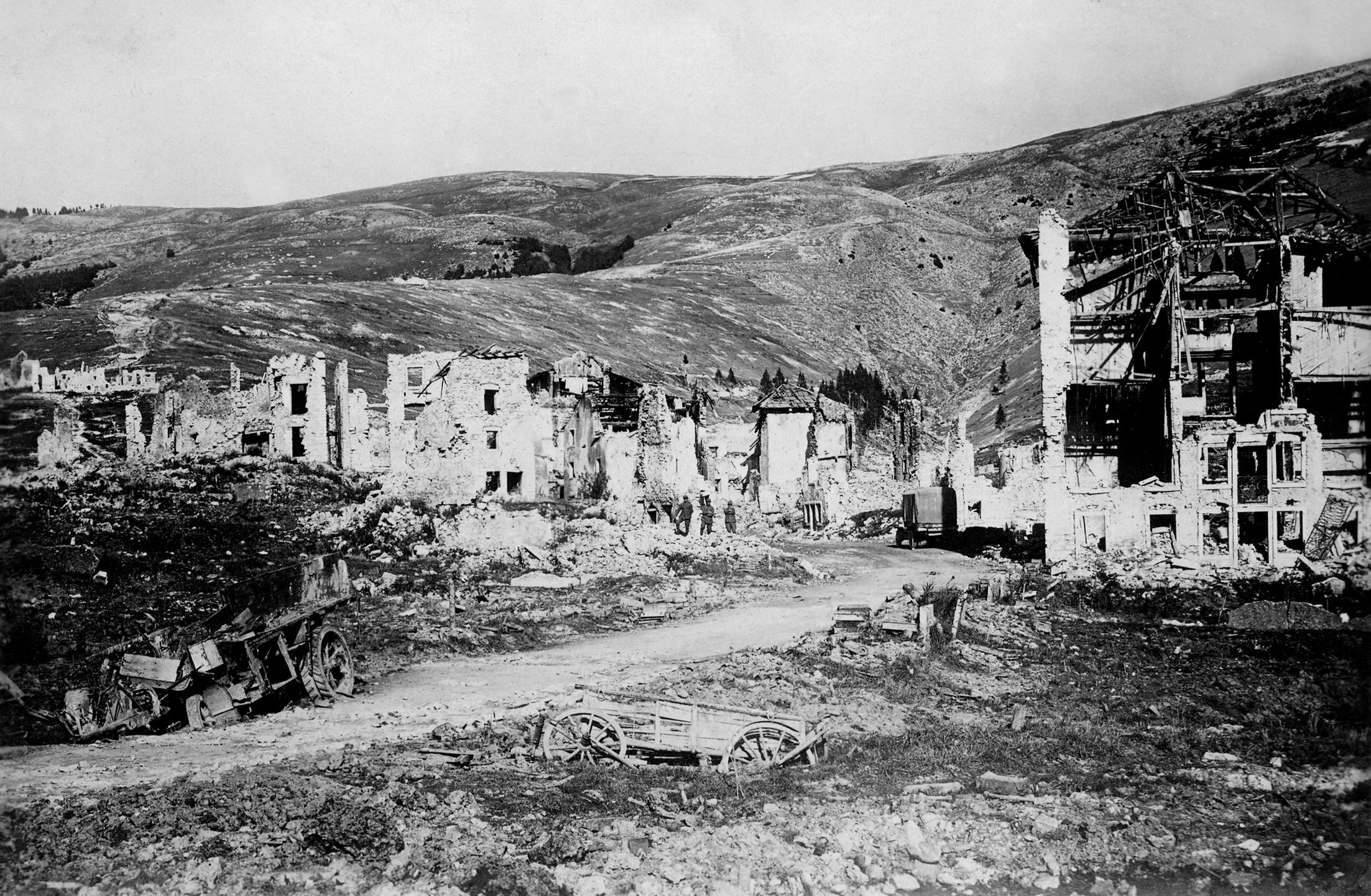 Rovine di Gallio; sullo sfondo il Monte Longara