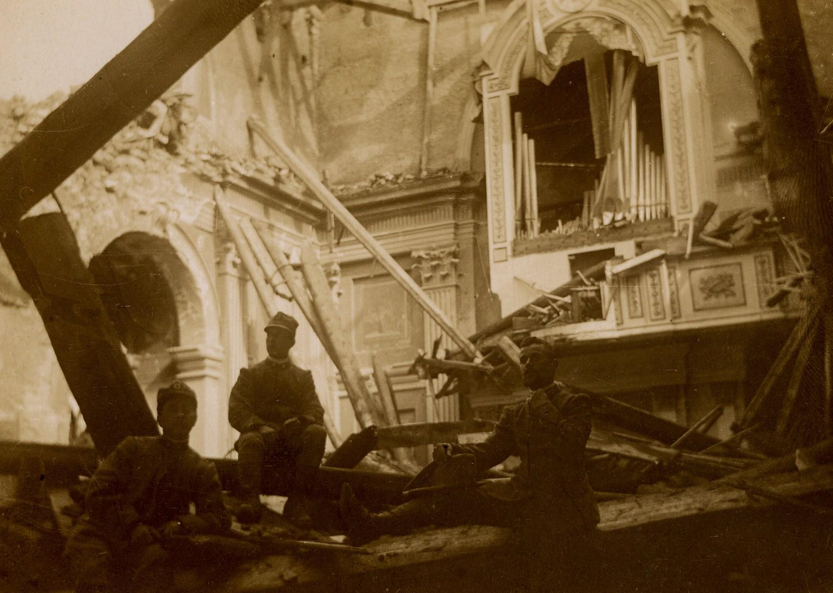 Soldati italiani all'interno della chiesa di Gallio, distrutta dai bombardamenti