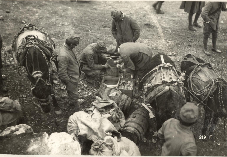 Distribuzione viveri dalle salmerie in Val Campeggia