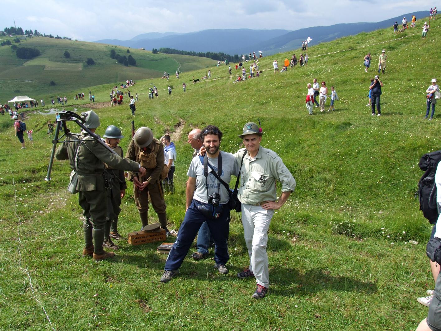 04 - con Francesco - ragazzo di mia figlia - alla rievocazione della battaglia dei Tre Monti.JPG