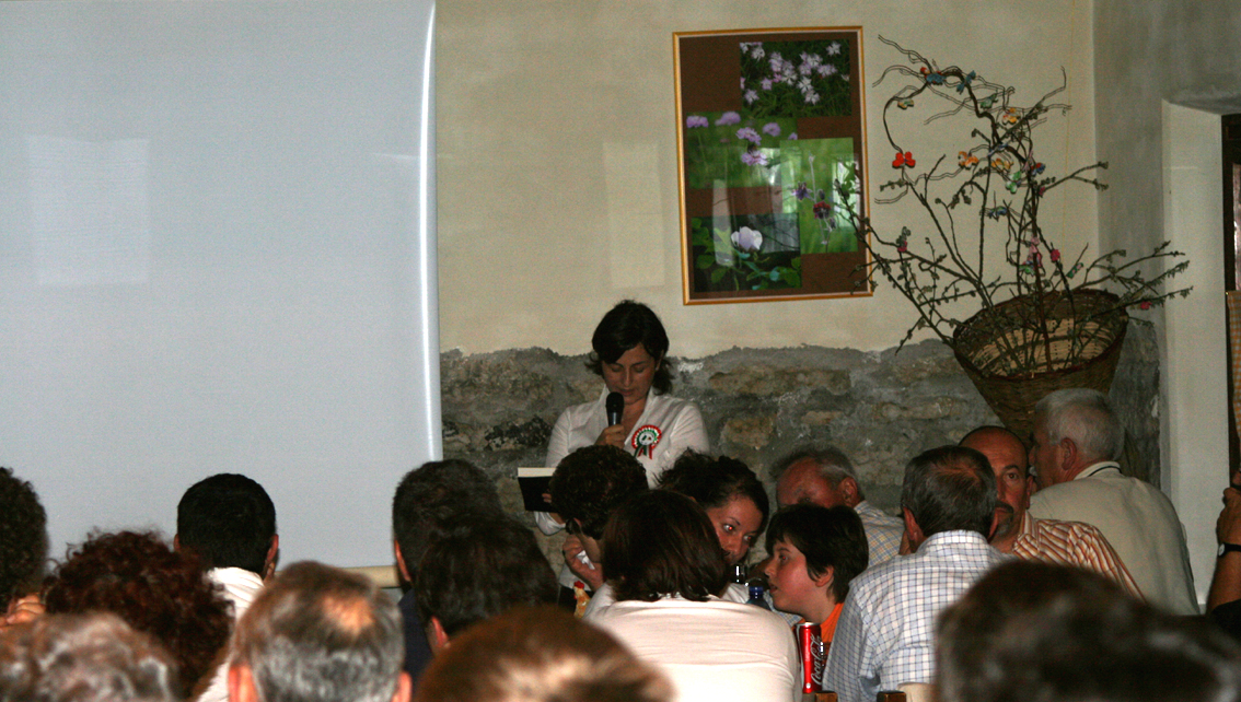 Monica legge alla presentazione al rifugio.JPG