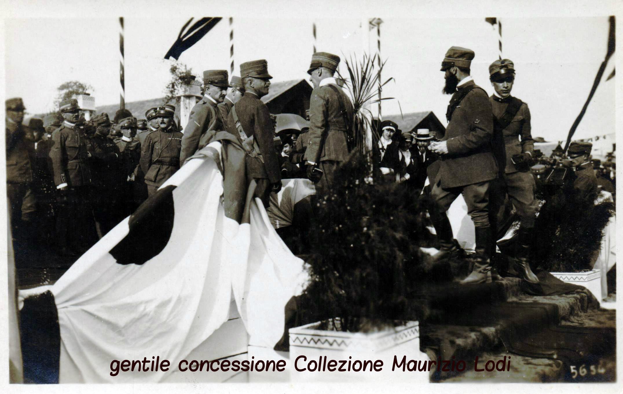 """Il Re consegna le medaglie al valore a Gabriele D'Annunzio e ai suoi intrepidi della Squadriglia """"Serenissima"""""""