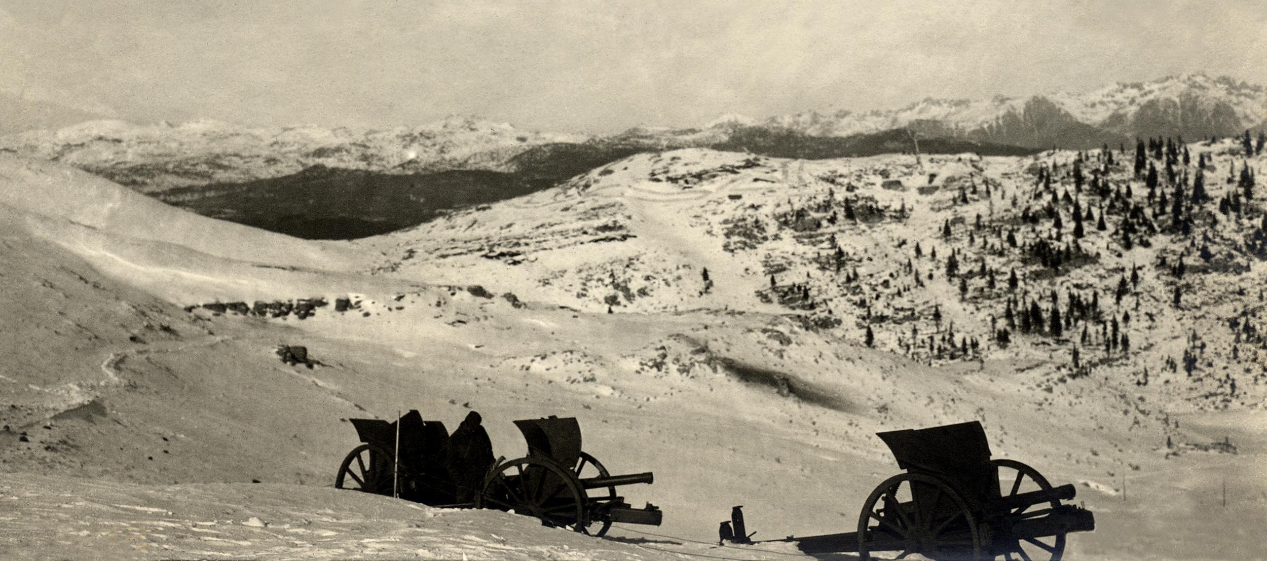 Cannoni italiani abbandonati sulle Melette nell'inverno del 1917-1918