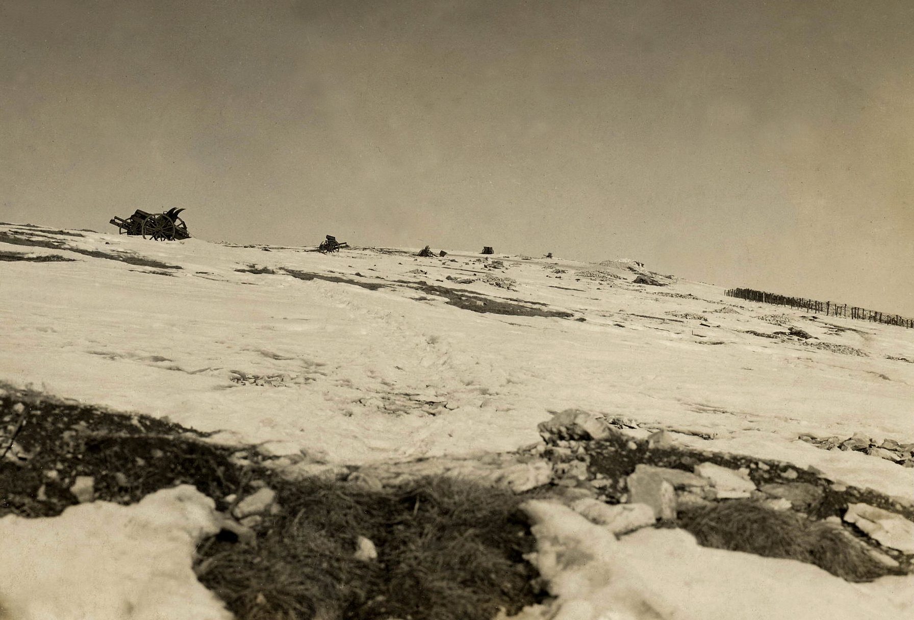 03 - cannoni italiani abbandonati sulla selletta tra il M. Fior e il M. Miela - ASDM.jpg