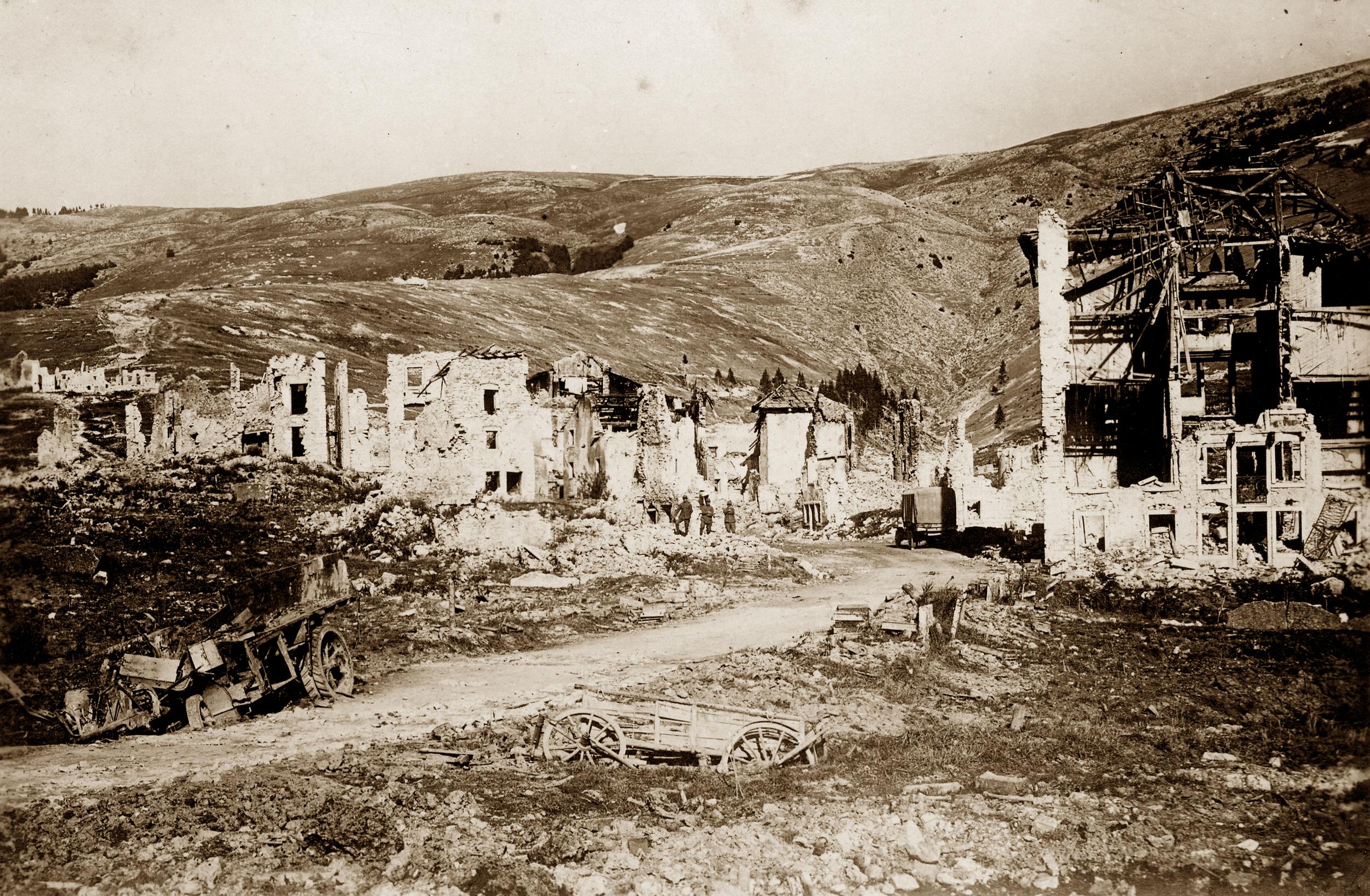 13 - rovine del Paese di Gallio a guerra terminata - ASDM.jpg