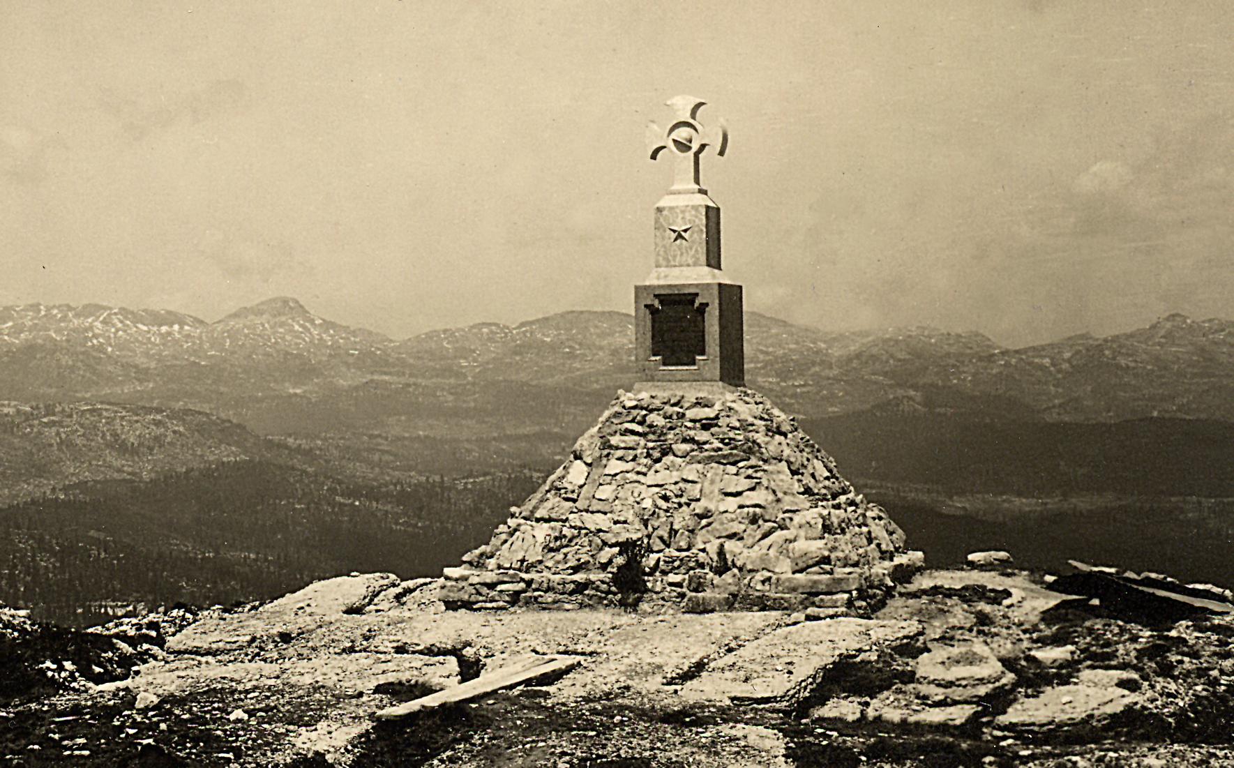 02 -  Monumento sul M.  Castelgomberto in memoria del Gen. Euclide Turba in una foto degli anni 30 - ASDM.jpg