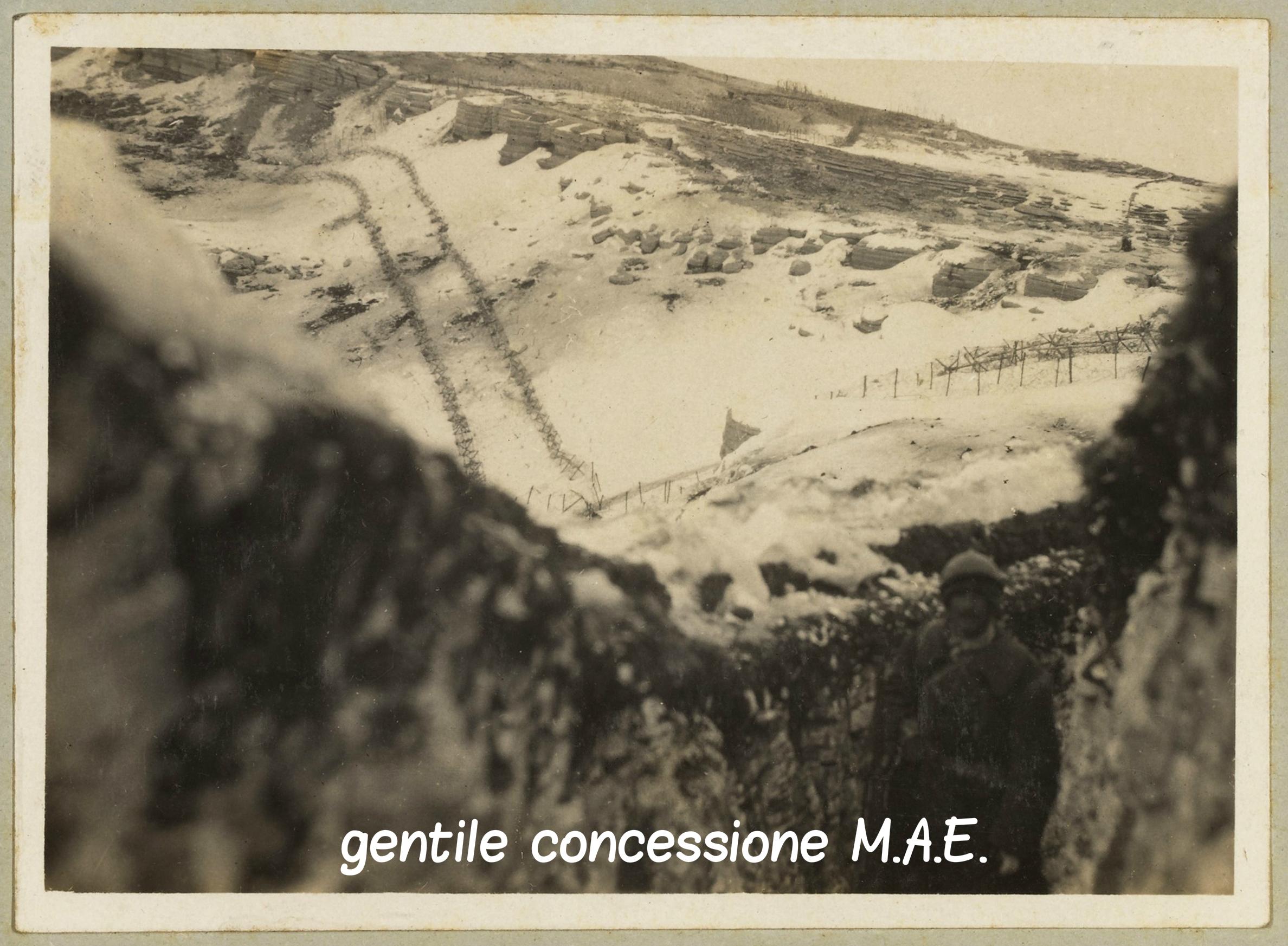09 - Come apparivano gli sbarramenti di reticolati a difesa del Castelgomberto dalle vicine trincee del Mae (c).jpg