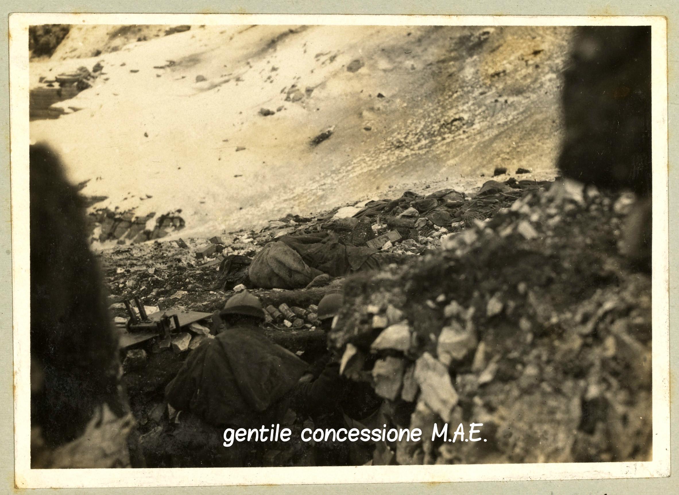 Cadaveri sui pendii del M. Fior dopo i cruenti combattimenti del novembre-dicembre del 1917