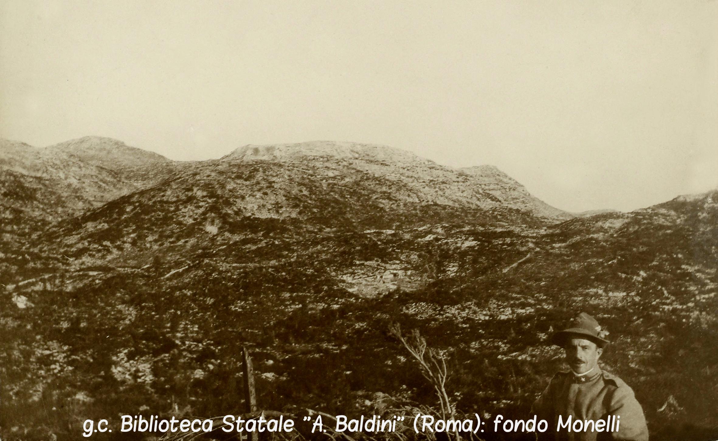 Un Alpino ritratto sullo sfondo del Monte Ortigara