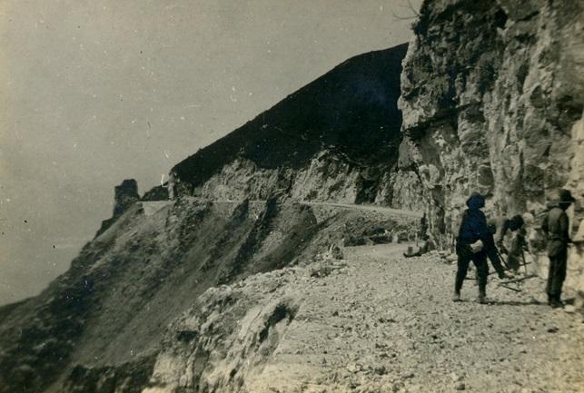 Lavoratori e Soldati del Genio impegnati nella realizzazione di una strada sulle pendici del Monte Grappa