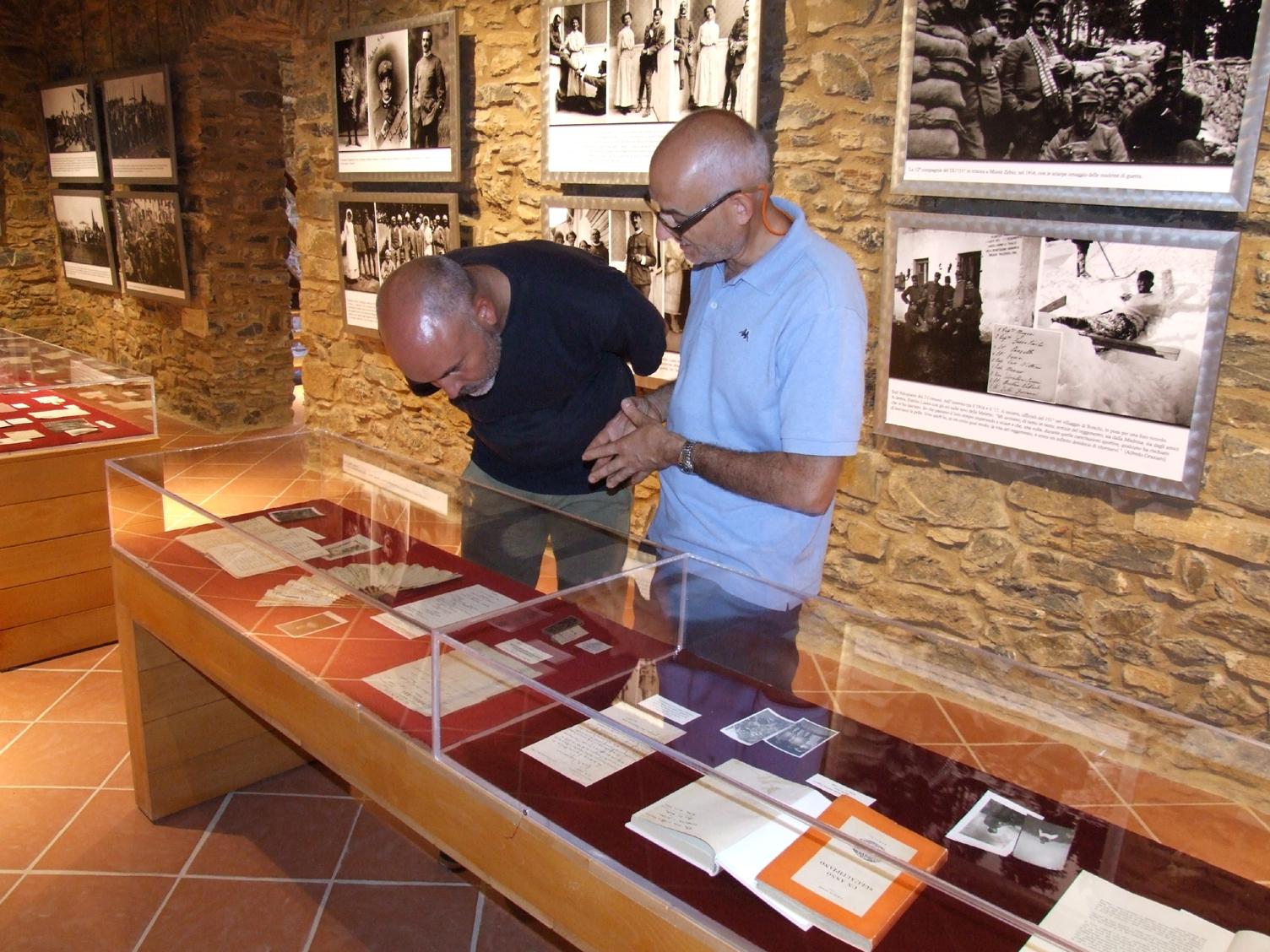 07 - descrivo a Tommaso il ventaglio regalato dal nonno a Teresa.JPG