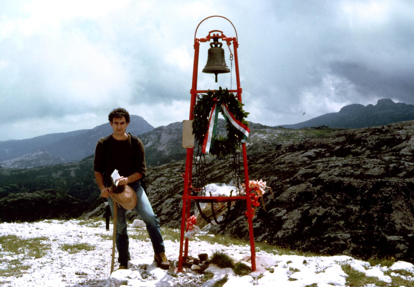 Un giovane Ruggero Dal Molin in Altopiano, con libri e appunti, alla Campana dei Caduti - Monte Ortigara