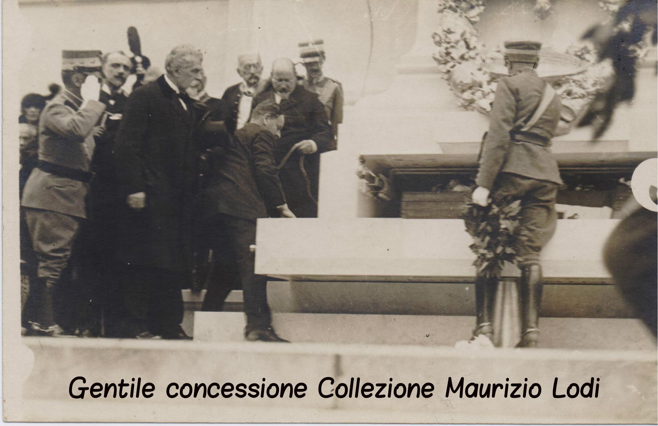 Roma 4 novembre 1921 - Saluto del Re al feretro del Milite Ignoto al Vittoriano