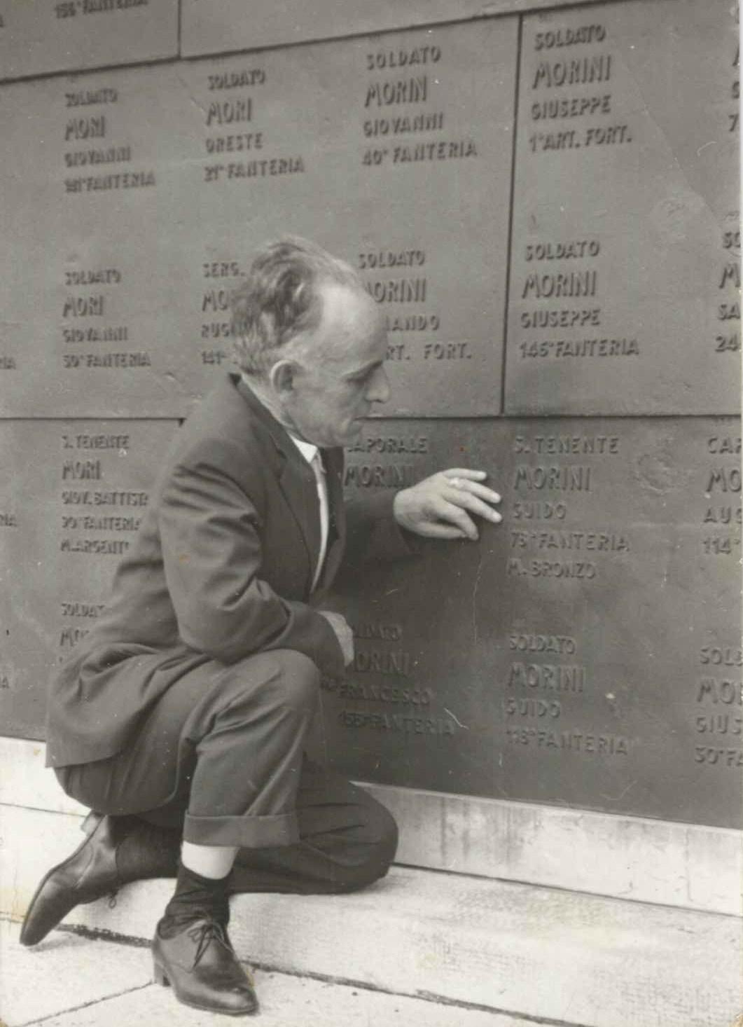 Il padre di Anna Gloria Doretta Ferrari sulla tomba dello zio Ten. Guido Morini (MBVM) a Redipuglia - gentile concessione Anna Gloria Doretta Ferrari