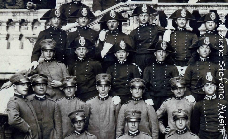 Sopra: giovanissimi Carabinieri ritratti i loro istruttori; sono poco più che adolescenti. A destra: ciò che la Grande Guerra farà di loro: valorosi Ufficiali e Sottufficiali.