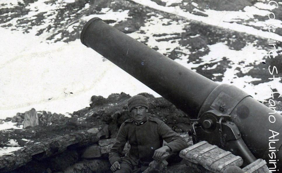 Sopra: Artigliere italiano con il suo obice posizionato d'inverno, in alta montagna