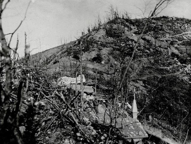Quota 588 e la selletta sottostante. Si vede il muro di sacchetti a terra eretto dagli alpini del Val Dora il 28 agosto 1915.