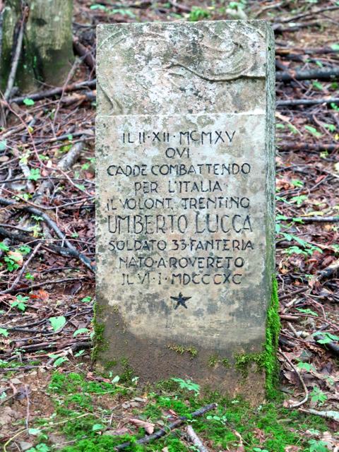 La lapide del volontario trentino Umberto Lucca, soldato del 93° della Messina.
