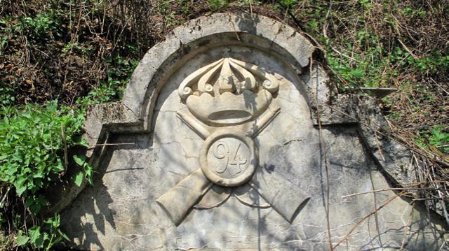 Il fregio del 94° fanteria della brigata Messina su una fontana   nelle retrovie di Santa Lucia.