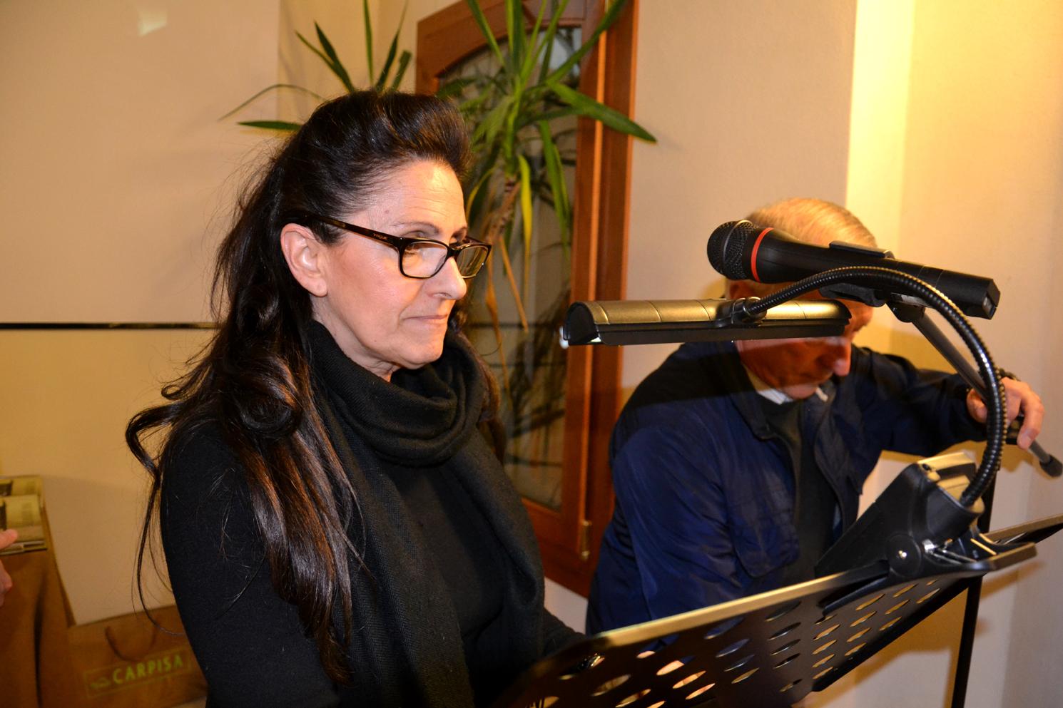 04 - Anna Branciforti alla regolazione del leggio e microfono.JPG