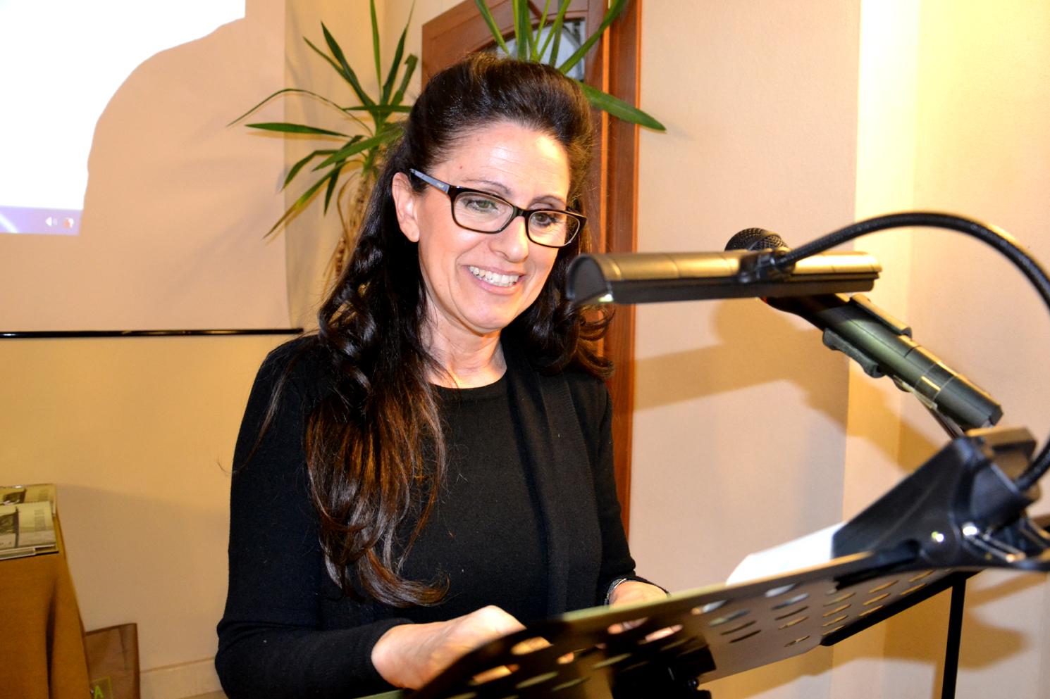 11 - Anna Branciforti alla letturadi un brano tratto da Fanterie Sarde di A. Graziani.JPG