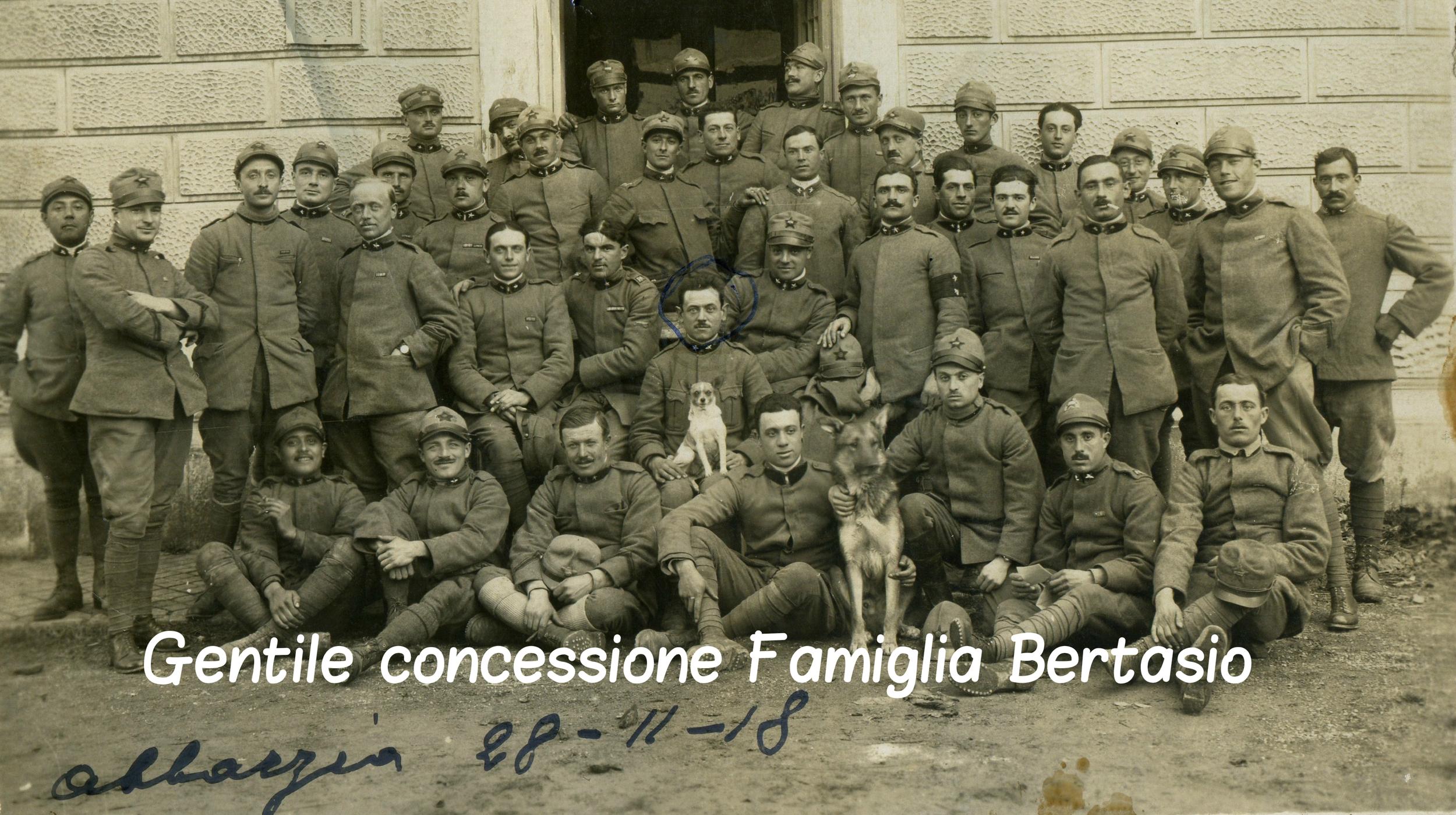 Gli uomini dell'86° Autodrappello del XXVI Corpo d'Armata. Al centro, con la sua inseparabile mascotte, il Sergente Abramo Bertasio