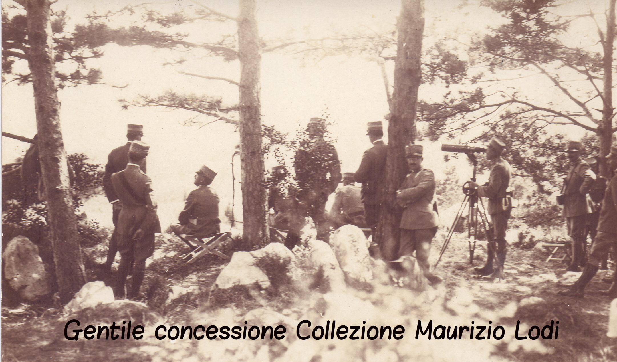 S.M. il Re con lo Stato Maggiore segue il nostro attacco sul San Michele il 20 luglio 1915 (c).jpg