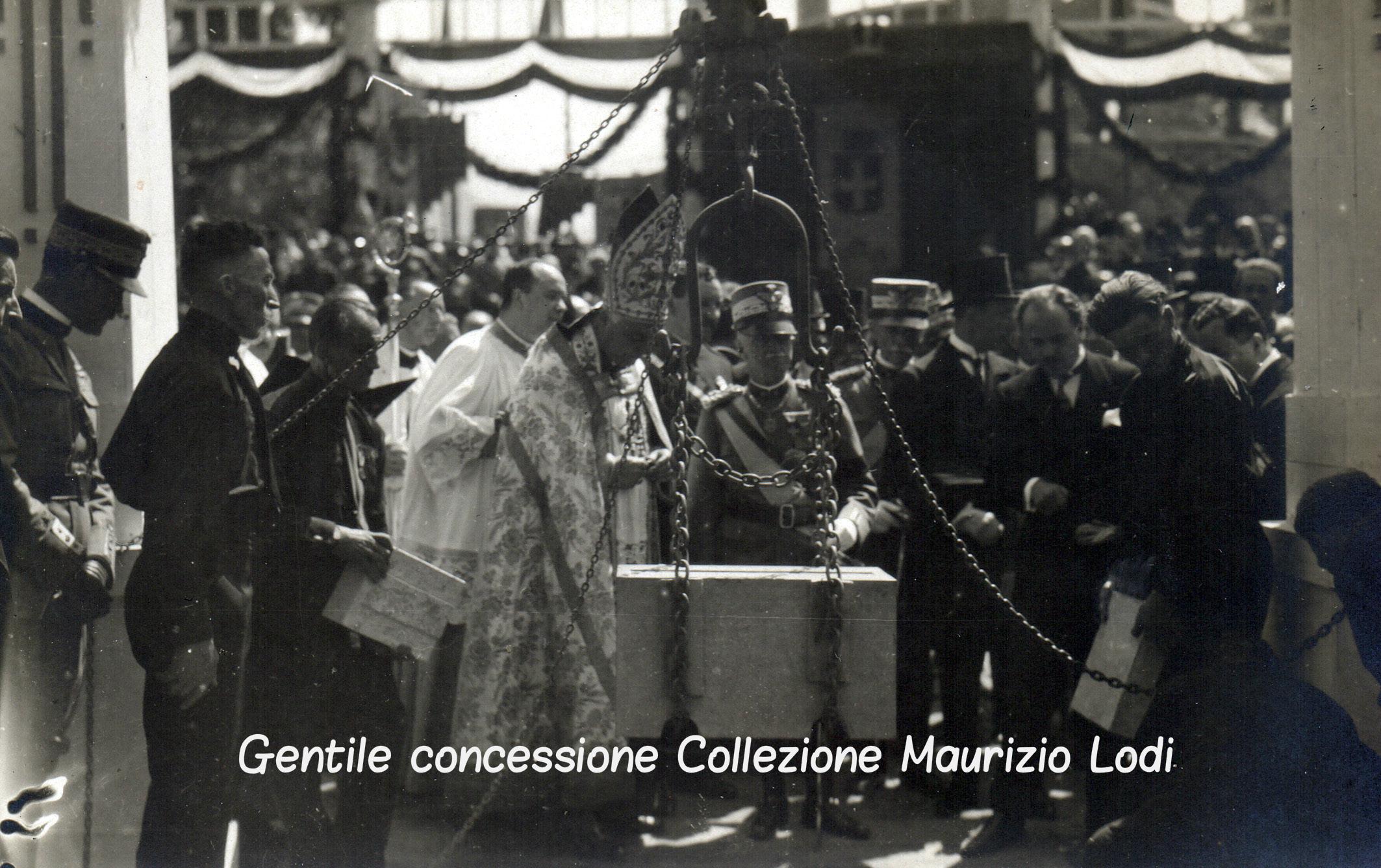 Bolzano 12 luglio 1926 Nel Decimo Anniversario del Martirio di Cesare Battisti e Fabio Filzi S.M. il Re posa la prima pietra del Monumento alla Vittoria (c).jpg