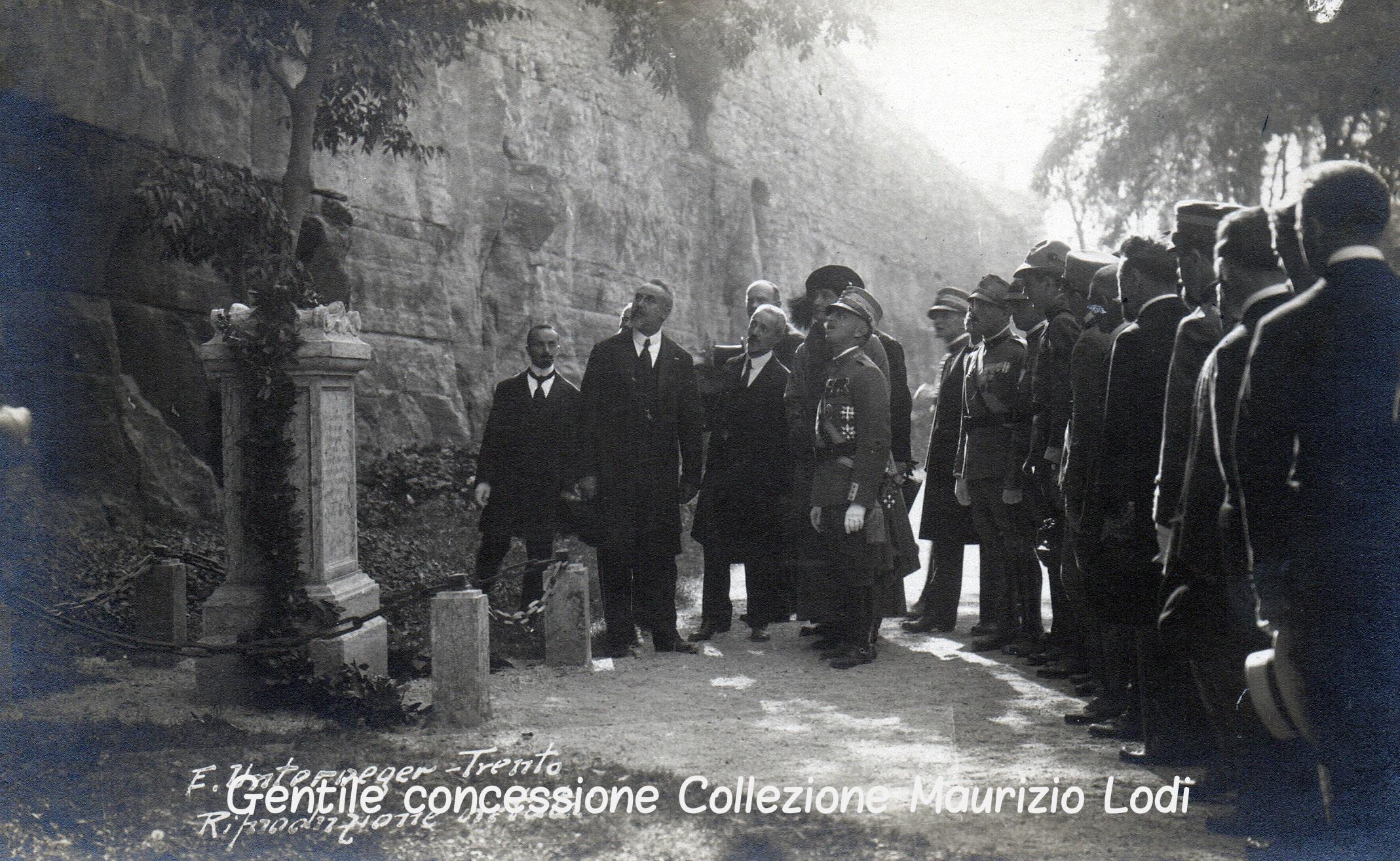 Rovereto 12 ottobre 1921 rimozione del marmo raffigurante l'Aquila Asburgica con il lapideo raffigurante il Leone di San Marco alla presenza di S (c).jpg