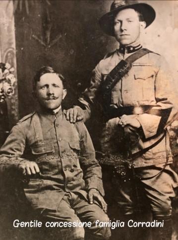A sinistra Corradini Mario in divisa da Bersagliere, ritratto con un commitone