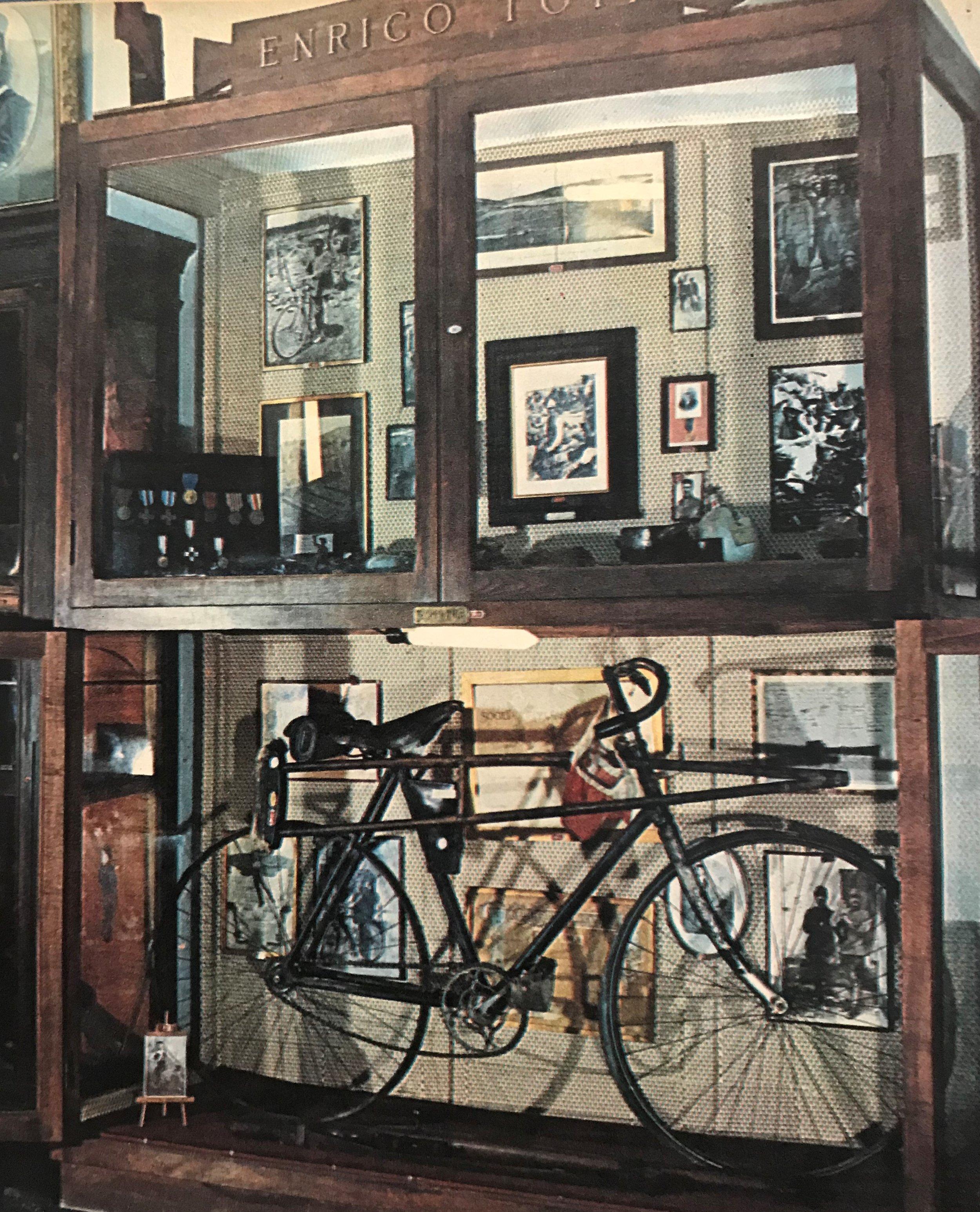 La bicicletta e la stampella di Enrico Toti conservati al Museo Storico del Corpo dei Bersaglieri insieme ad altri ricordi dell'Eroe