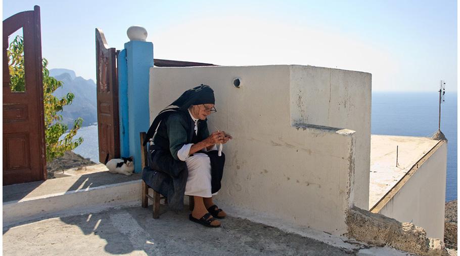 Cusidora grega resguardant-sea l'ombra