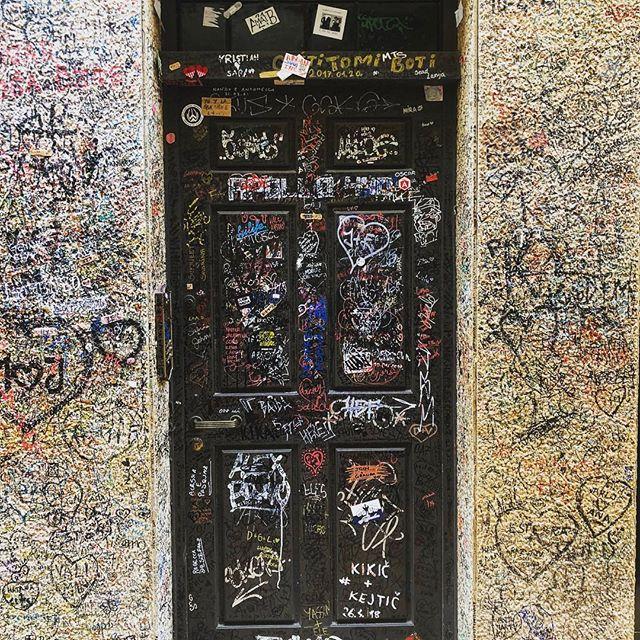 💕 notes cover the walls at the Casa di Giulietta. #romeoromeo #shakepeare #veronaitaly