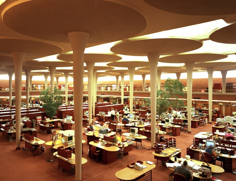 Frank Lloyd Wright construit le Johnson Wax Building, Source: wikimédia commons