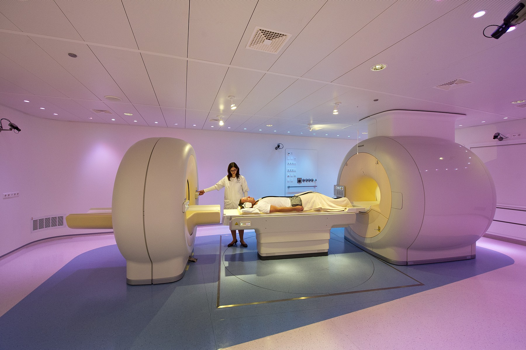 PET-MRI-scanner2 Philips-1800x1200.jpg