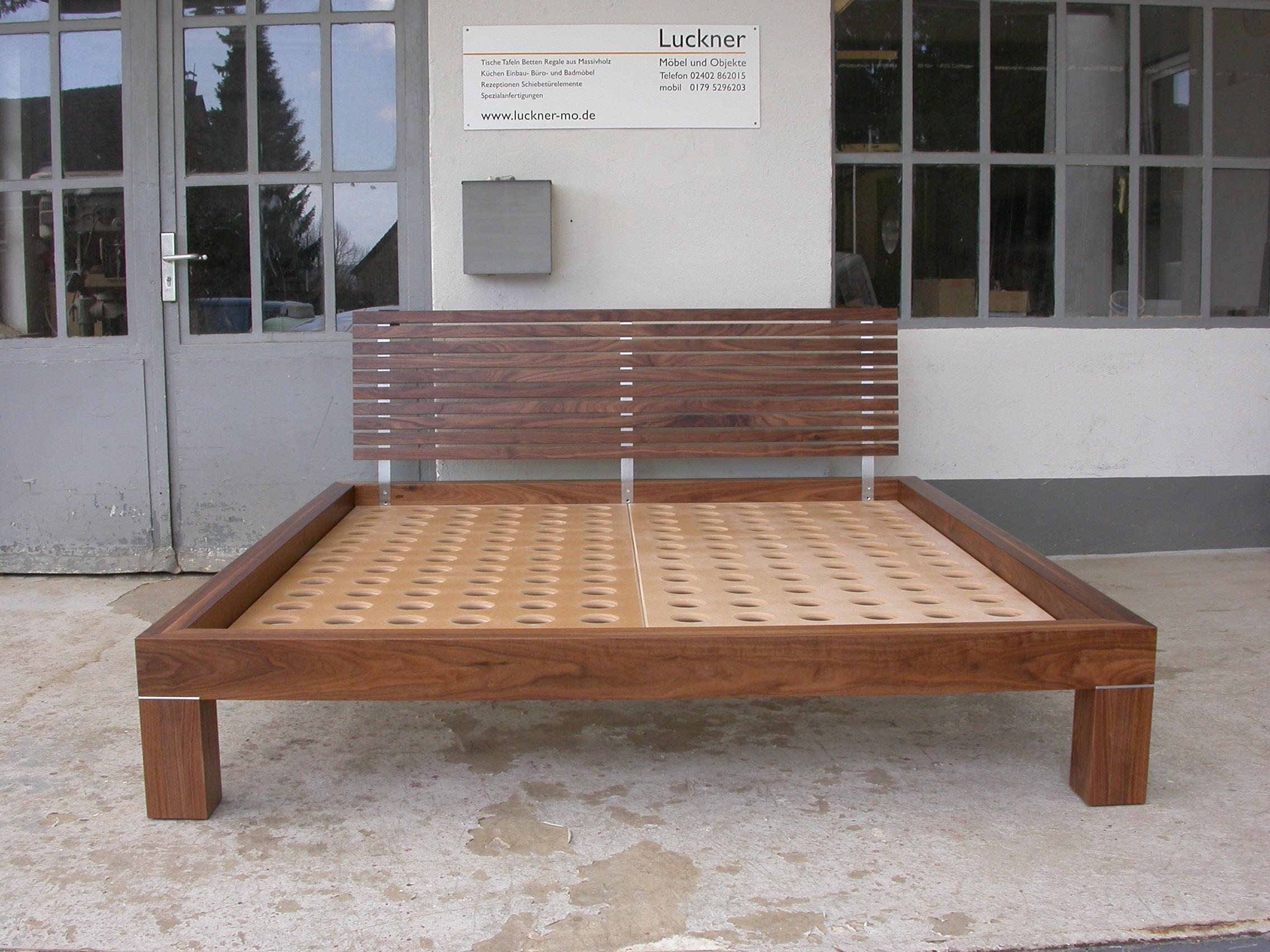 Bett Carlos aus amerikanischem Nussbaum 180 x 200 cm 2500 Euro inkl. 19% Umsatzsteuer, ab Werkstatt,  ohne MDF Matratzenauflagen.