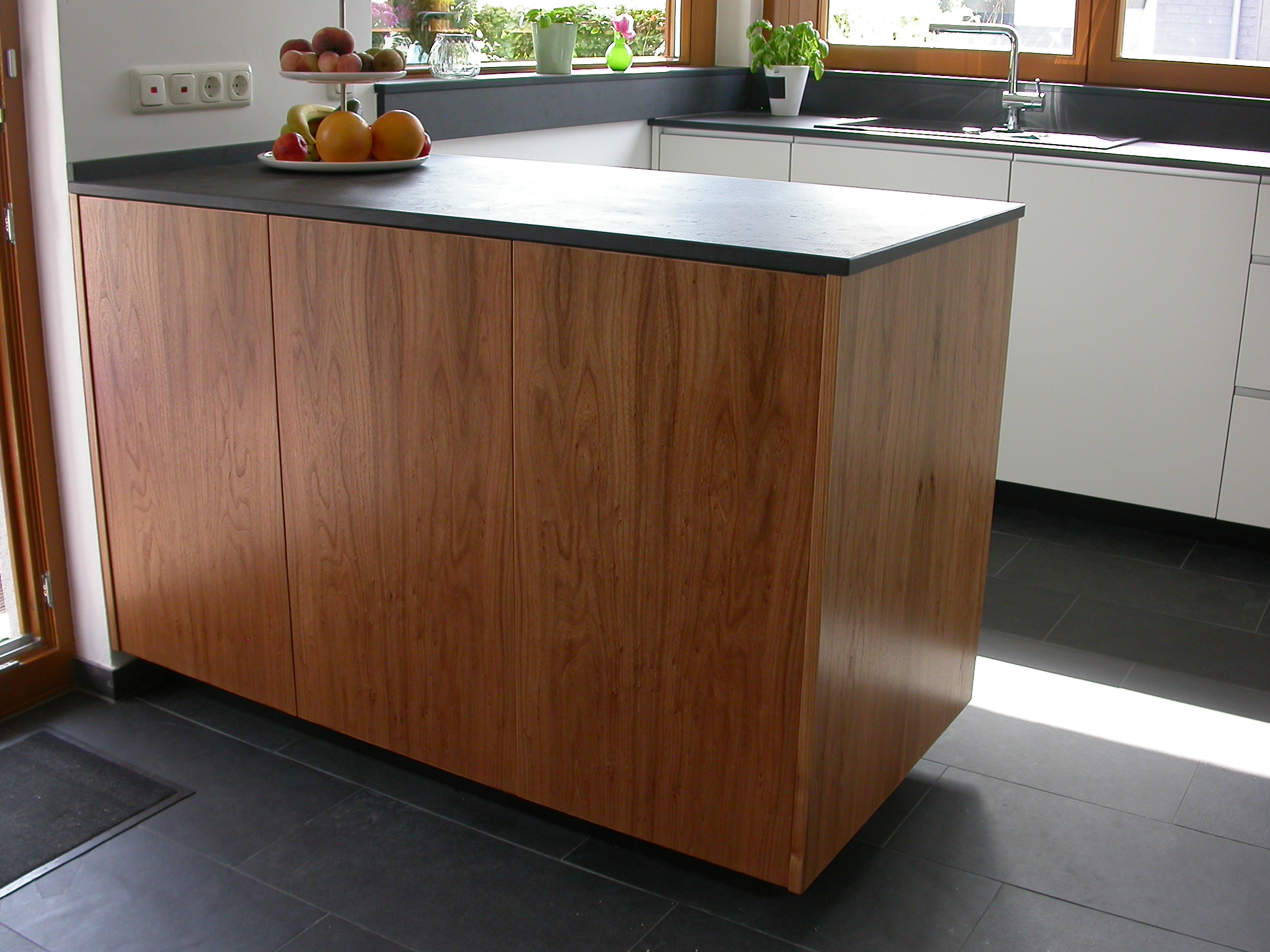 Ansicht des Küchenblocks aus Rüsterfurnier, Arbeitsplatte aus Schiefer.