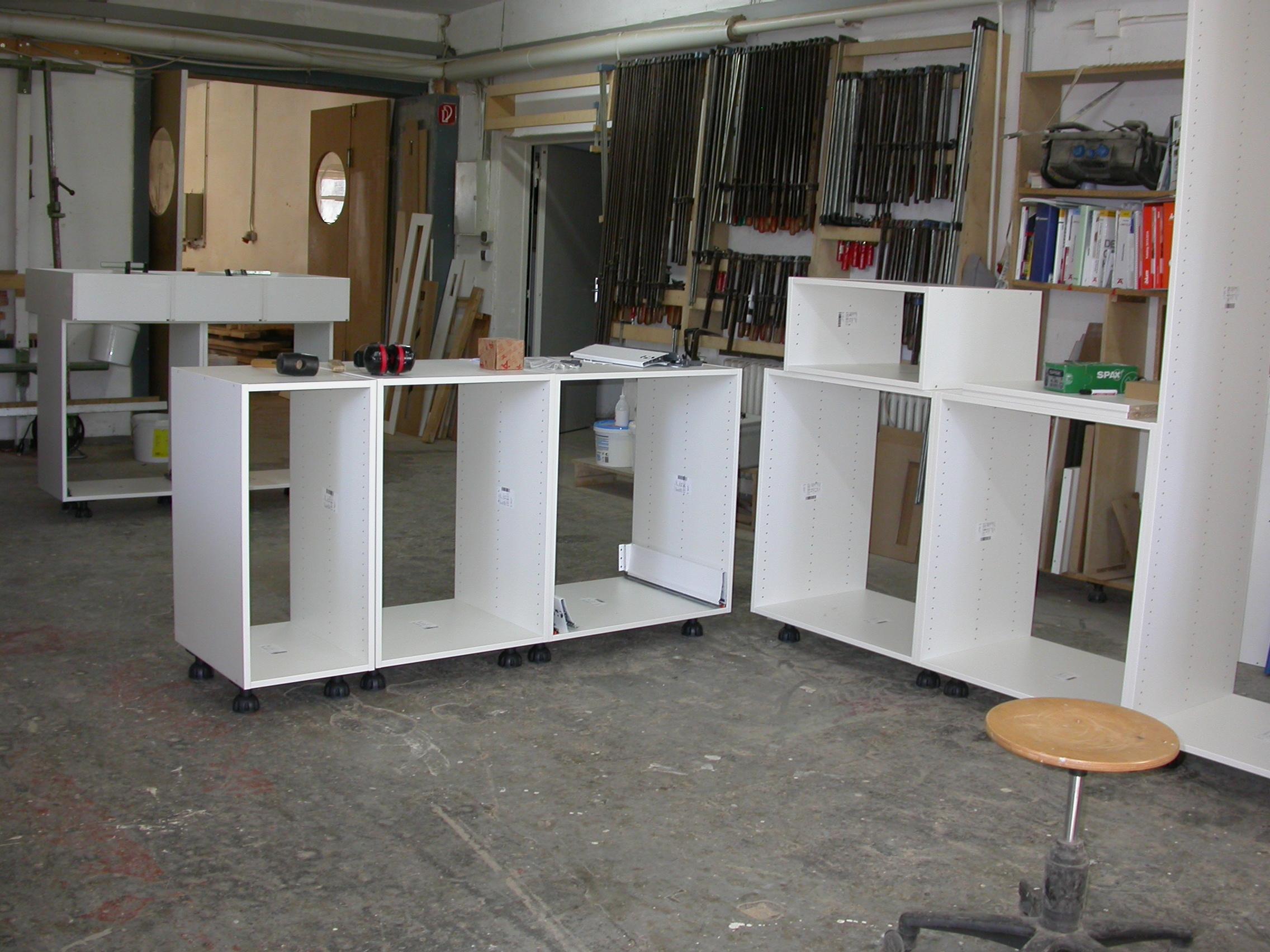 Küchenunterschränke in der Werkstatt.