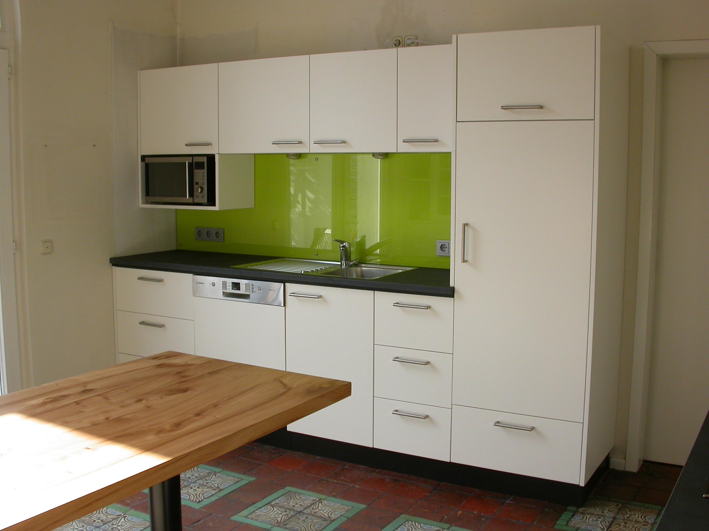 Geräteschrank, mit Becken. MDF weiß lackiert, Glas und Schiefer Arbeitsplatte. Bistrotisch aus Rüster mit Stahlbein.
