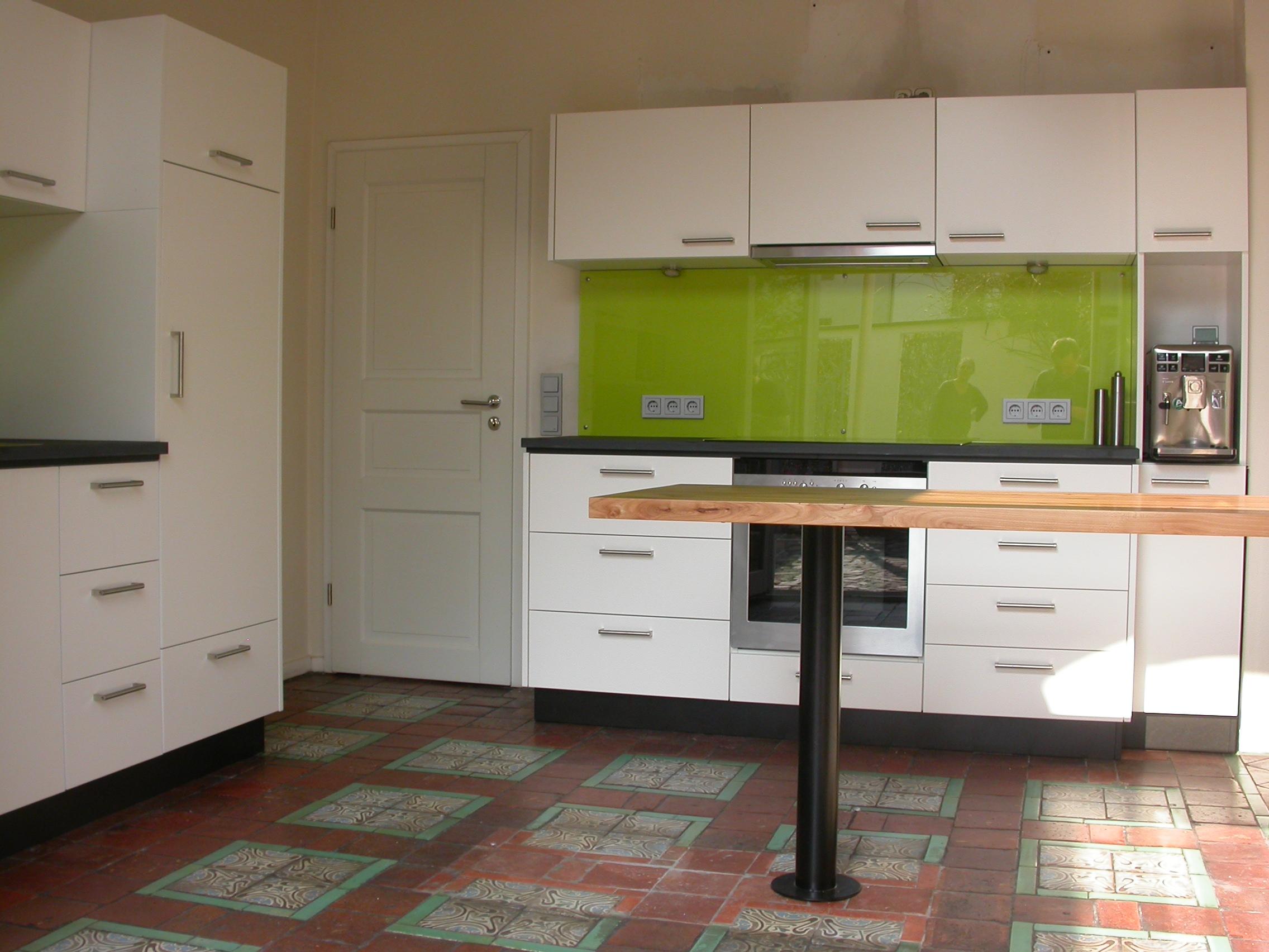 Küchenzeile mit Kochstelle und Kaffeebar, Bistrotisch aus Rüster, mit Stahlbein.