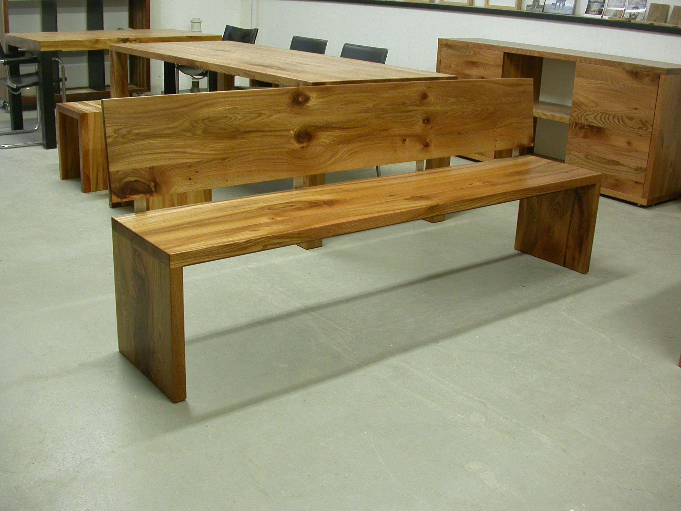 Bank Joseph mit Rückenlehne aus Holz und Edelstahl.