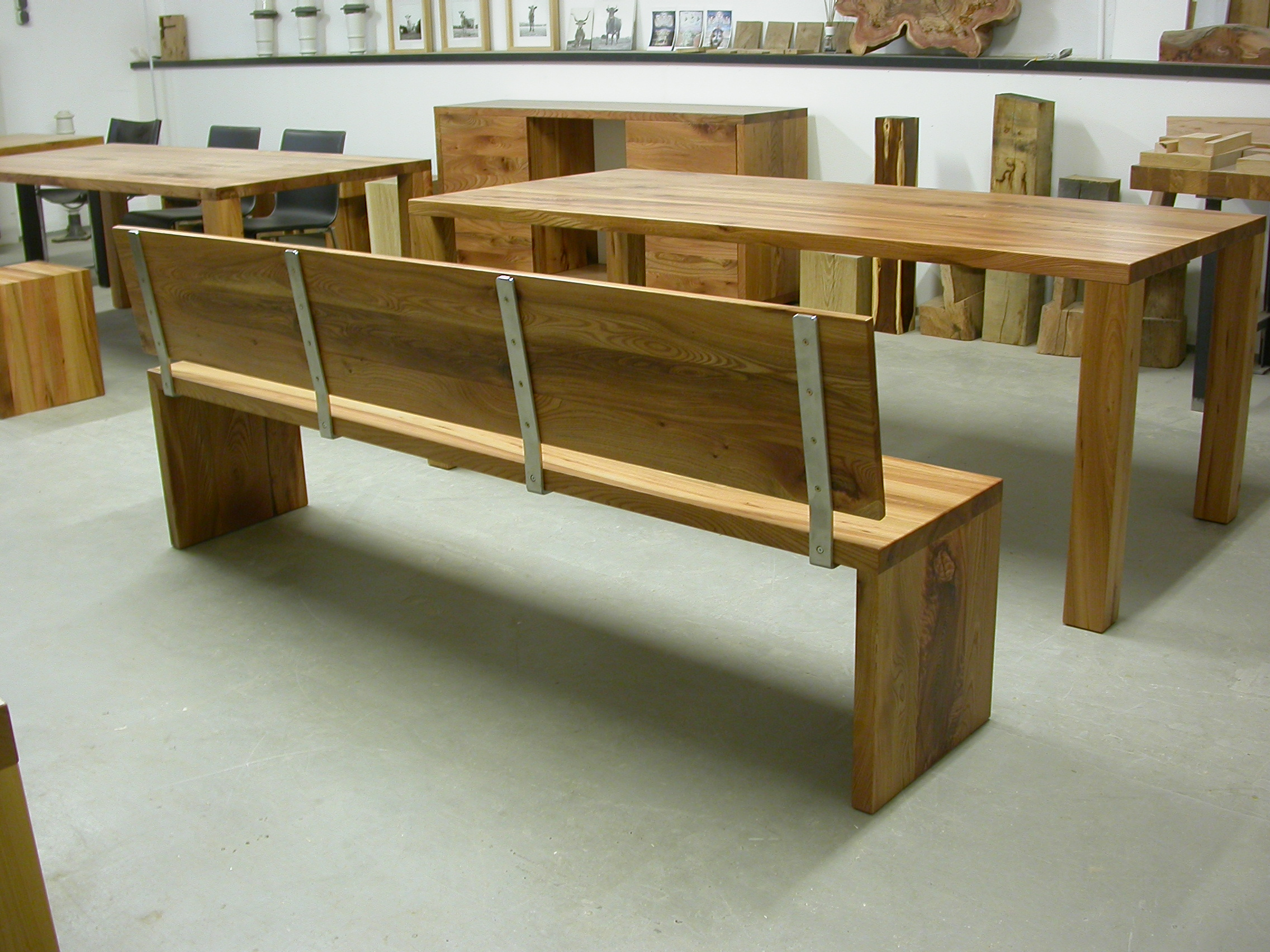 Bank Joseph mit Rückenlehne aus Edelstahl und Holz.