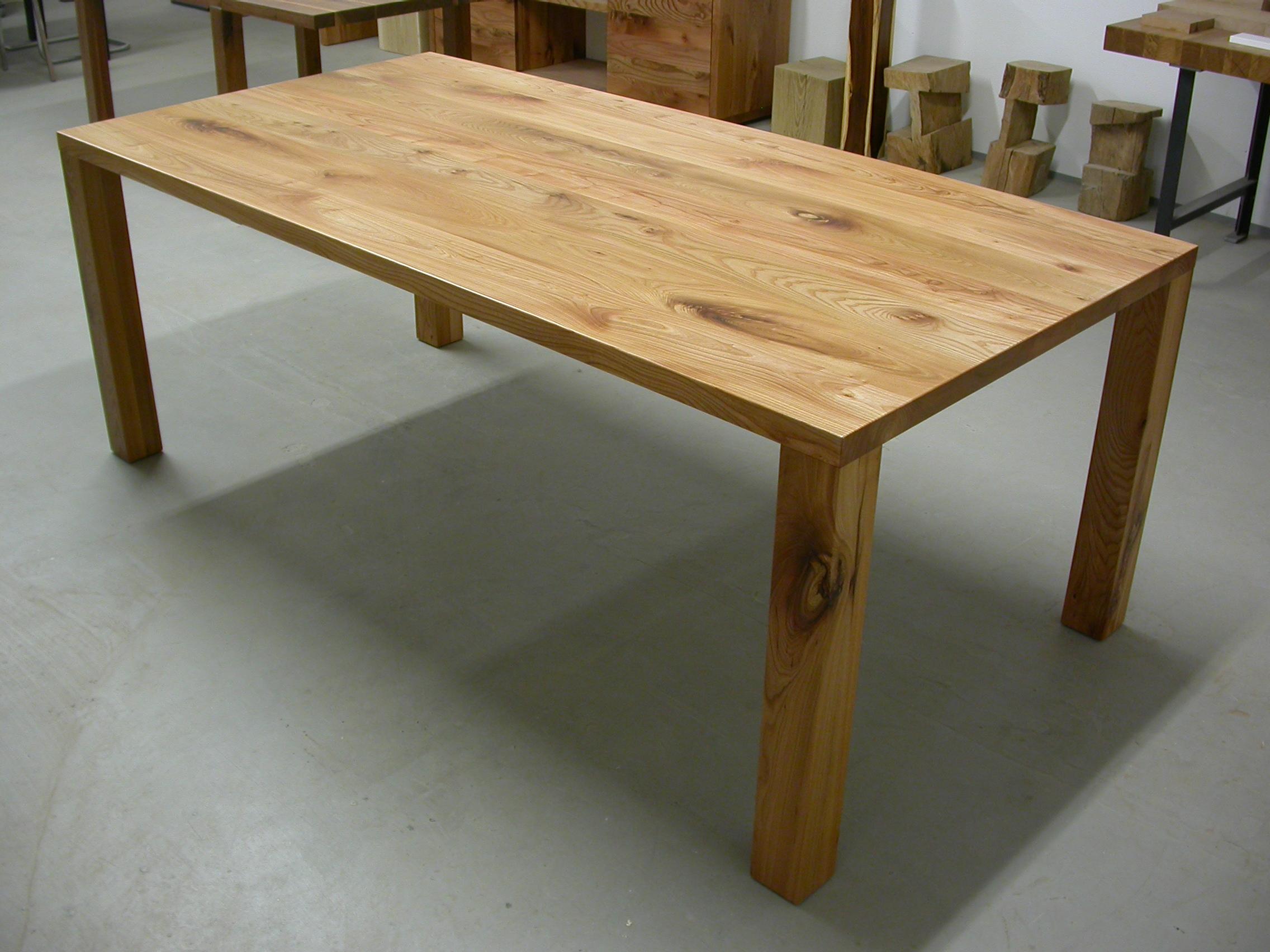 Tisch Modo aus Rüster, 200 x 90 x 75 cm, Platte 4 cm, Beine 8 x 8 cm.
